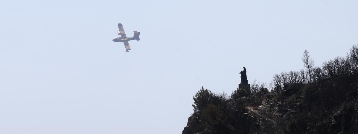 Un bombardier d\'eau au Cap Corse, entre Sisco et Corbara, le 12 août 2017.