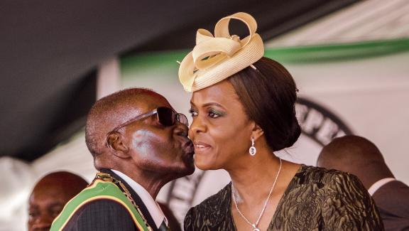Robert Mugabe embrasse sa femmeGrace Mugabe, le 18 avril 2017, àHarare (Zimbabwe).