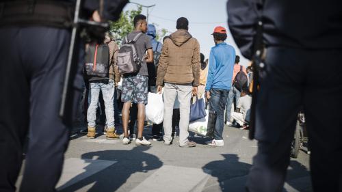Paris : la mise à l'abri de migrants dans le XVe arrondissement crée la polémique