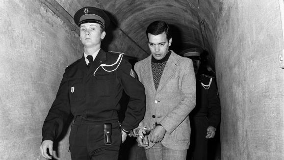 Hamida Djandoubiarrive à son procés au tribual d\'Aix-en-Provence (Bouches-du-Rhône), le 24 février 1977.