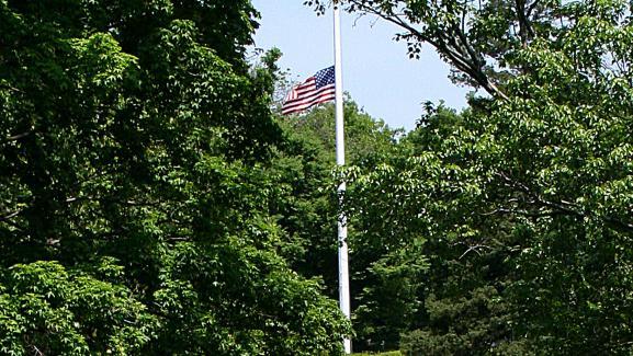 Les terres du général Lee, à Arlington (Virginie), ont été confisquées en 1861 par le gouvernement fédéral du président Abraham Lincoln. C'est aujourd'hui un cimetière national où reposent des anciens combattants américains et le président John Fitzgerald Kennedy.