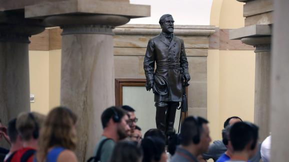 Des touristes devant une statue du général Lee, au Capitole à Washington (Etats-Unis), le 17 août 2017.