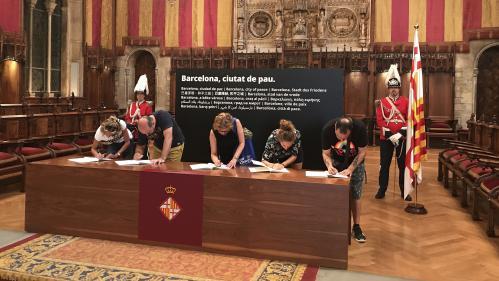 """""""C'est plus que de simples mots"""" : après les attentats, les Barcelonais se pressent autour des registres de condoléances"""