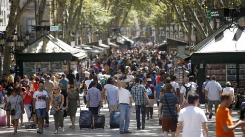 """Poumon de la ville, lieu de fête des supporters et """"théâtre social"""" : cinq Barcelonais nous racontent leur Rambla"""