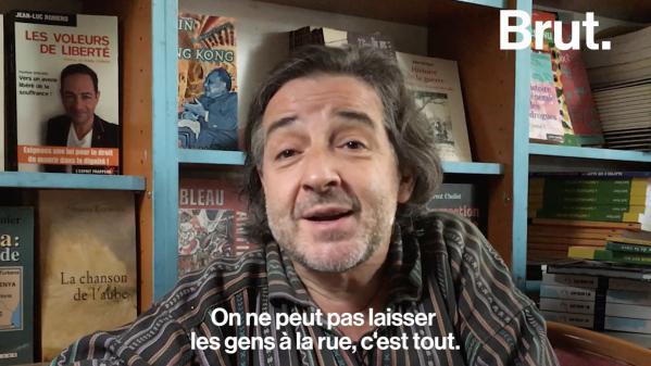 """VIDEO. """"On ne peut pas laisser les gens à la rue"""" : il accueille des migrants tous les soirs dans sa librairie à Paris"""
