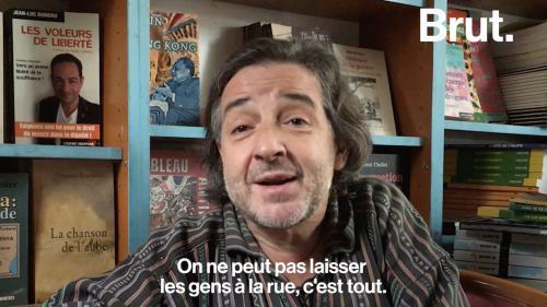 Un libraire accueille des migrant