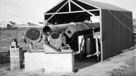 Les télescopes géants utilisés par l\'expédition scientifique d\'Arthur Eddington pour observer une éclipse totale du soleil depuis Sobral, au Brésil, le 29 mai 1919.