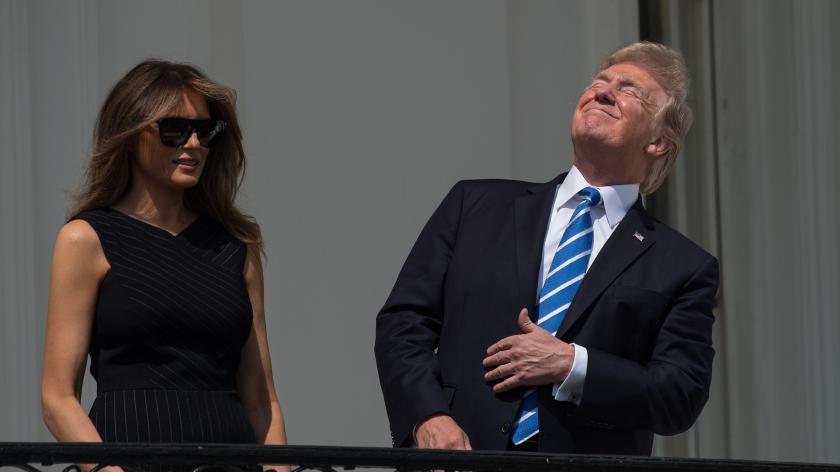 cc7b27d171851c Donald Trump fixant l  éclipse solaire sans lunettes, le 21 août 2017,