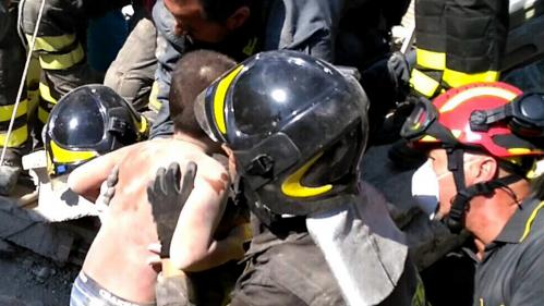 Séisme en Italie : deux morts, un deuxième enfant extrait des décombres sur l'île d'Ischia