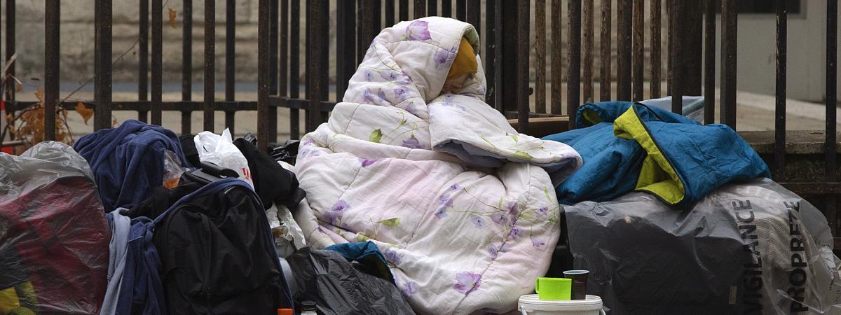 Une femme SDF enveloppée dans les rues de Paris, le 3 décembre 2014.