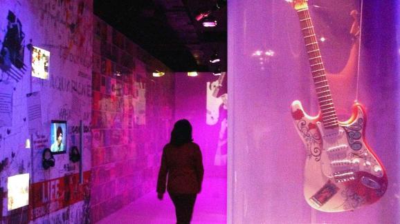 Une réplique de la guitare avait déjà été exposée lors d\'une exposition célébrant les 60 ans de la naissance d\'Hendrix, au parc de la Vilette à Paris en 2002