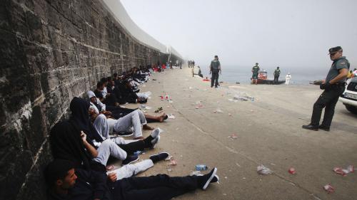 Eurozapping : un robot policier en Hongrie, l'Espagne met les migrants en prison