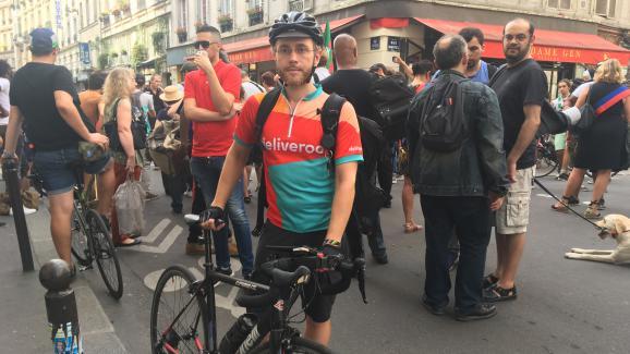 Les livreurs Deliveroo manifestent pour une meilleure rémunération — Bordeaux