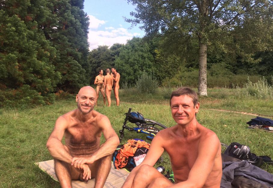 femme nue allongee plage homme derrière une femme nue