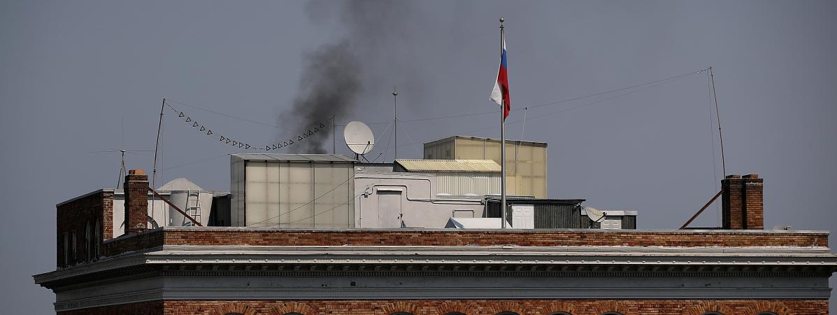 Une Mysterieuse Fumee Noire Sort Du Consulat Russe De San Francisco