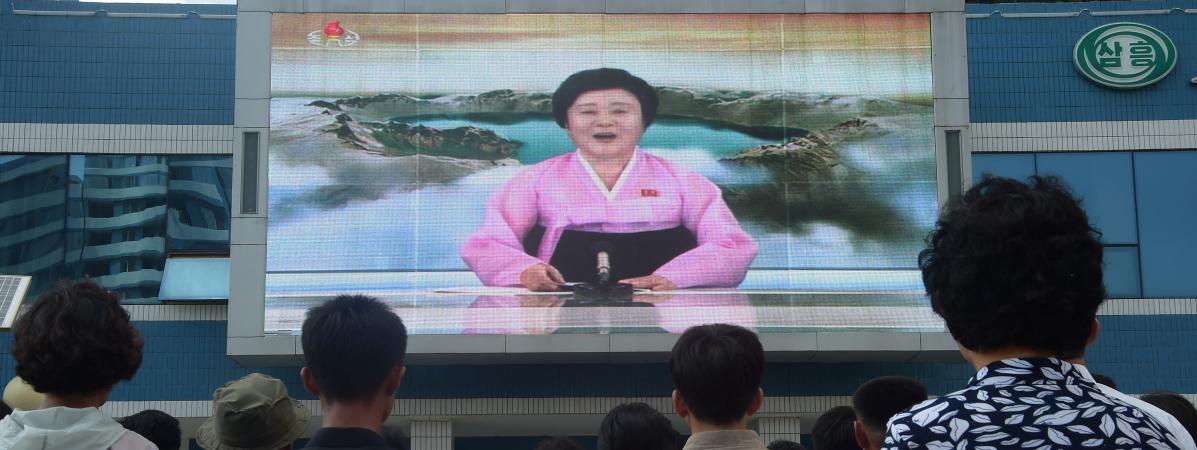 Des habitants de Pyongyang (Corée du Nord) regardent la présentatrice Ri-Chun hee annoncer le sixième essai nucléaire du pays à la télévision, le dimanche 3 septembre 2017.