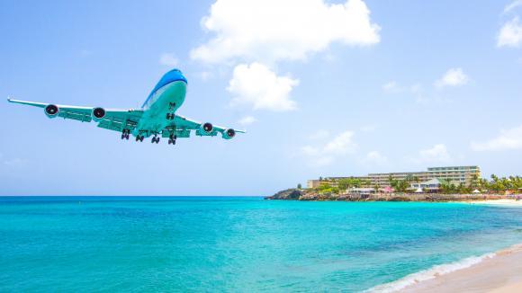 Un avion approche de l\'île de Saint Martin