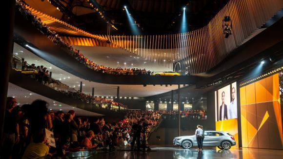 L auto ambiance lectrique au salon de francfort sur fond - Le plus grand salon automobile du monde ...