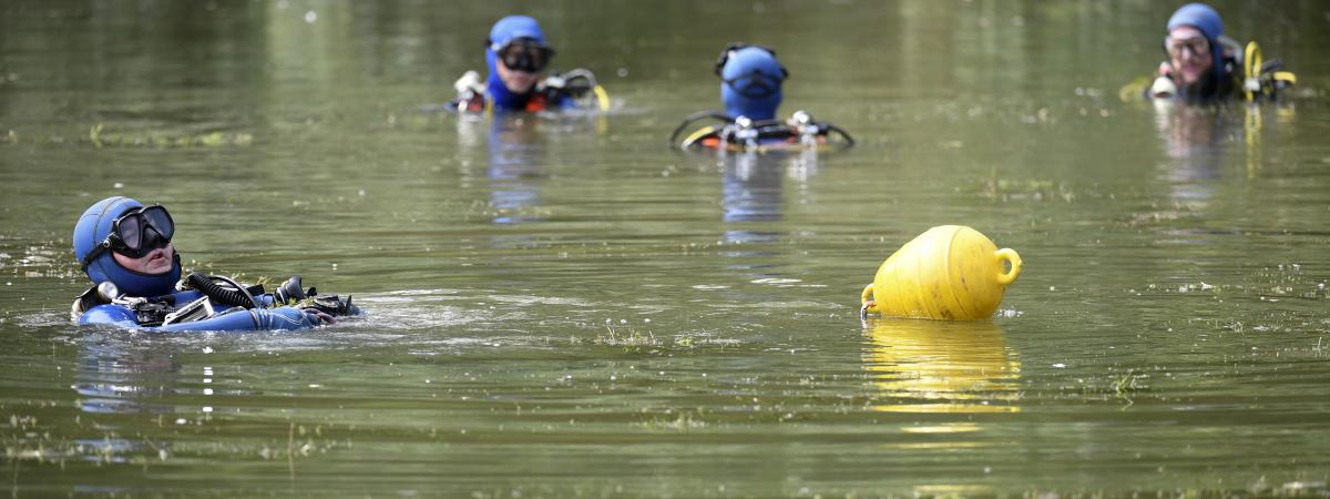 Des gendarmes recherchent la petite Maëlys dans un étang près de Pont-de-Beauvoisin (Savoie), le 30 août 2017.