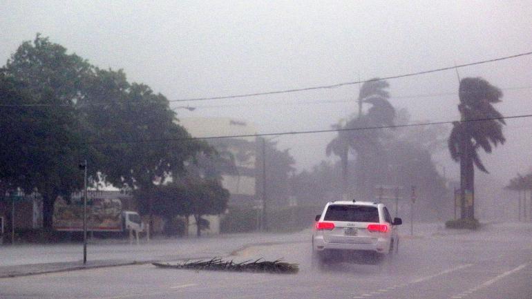 Un voiture défie les vents d\'Irma dans les rues de Boca Raton en Floride (Etats-Unis), le 10 septembre 2017.