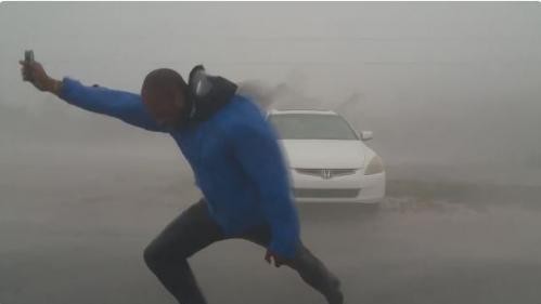 VIDEO. Ouragan Irma : deux chasseurs de tempêtes bravent des vents violents en Floride
