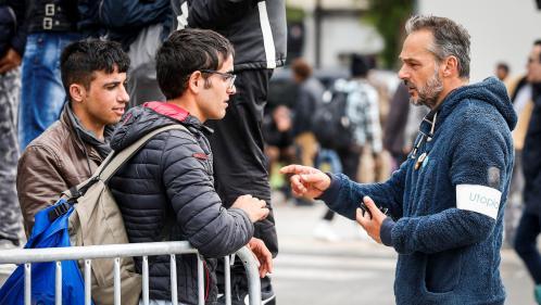 """L'association Utopia 56 quitte le centre humanitaire pour migrants de Paris et dénonce un """"piège"""""""