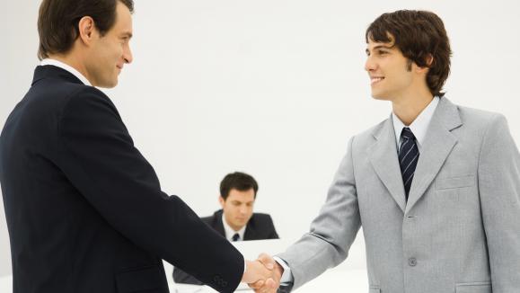 Deux entrepreneurs se serrant la main.