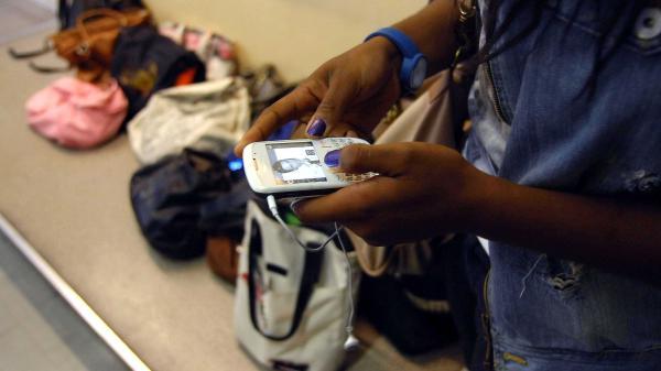 Éducation : les téléphones exclus des écoles et des collèges en 2018