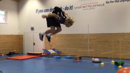 VIDEO. Trampoline, saltos et numéro d'équilibriste : l'entraînement spectaculaire d'un skieur suisse pour les Jeux olympiques