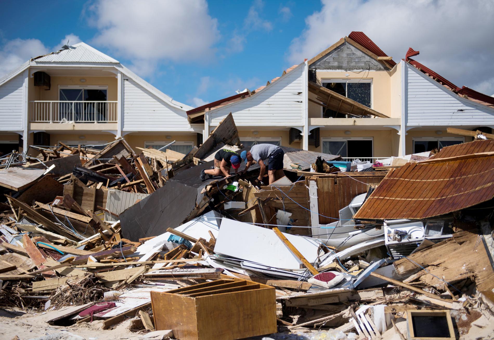 Deux hommes fouillent les ruinesd\'un restaurant de la Baie-Orientakle, le 10 septembre 2017, après le passage de l\'ouragan Irma sur l\'île de Saint-Martin.