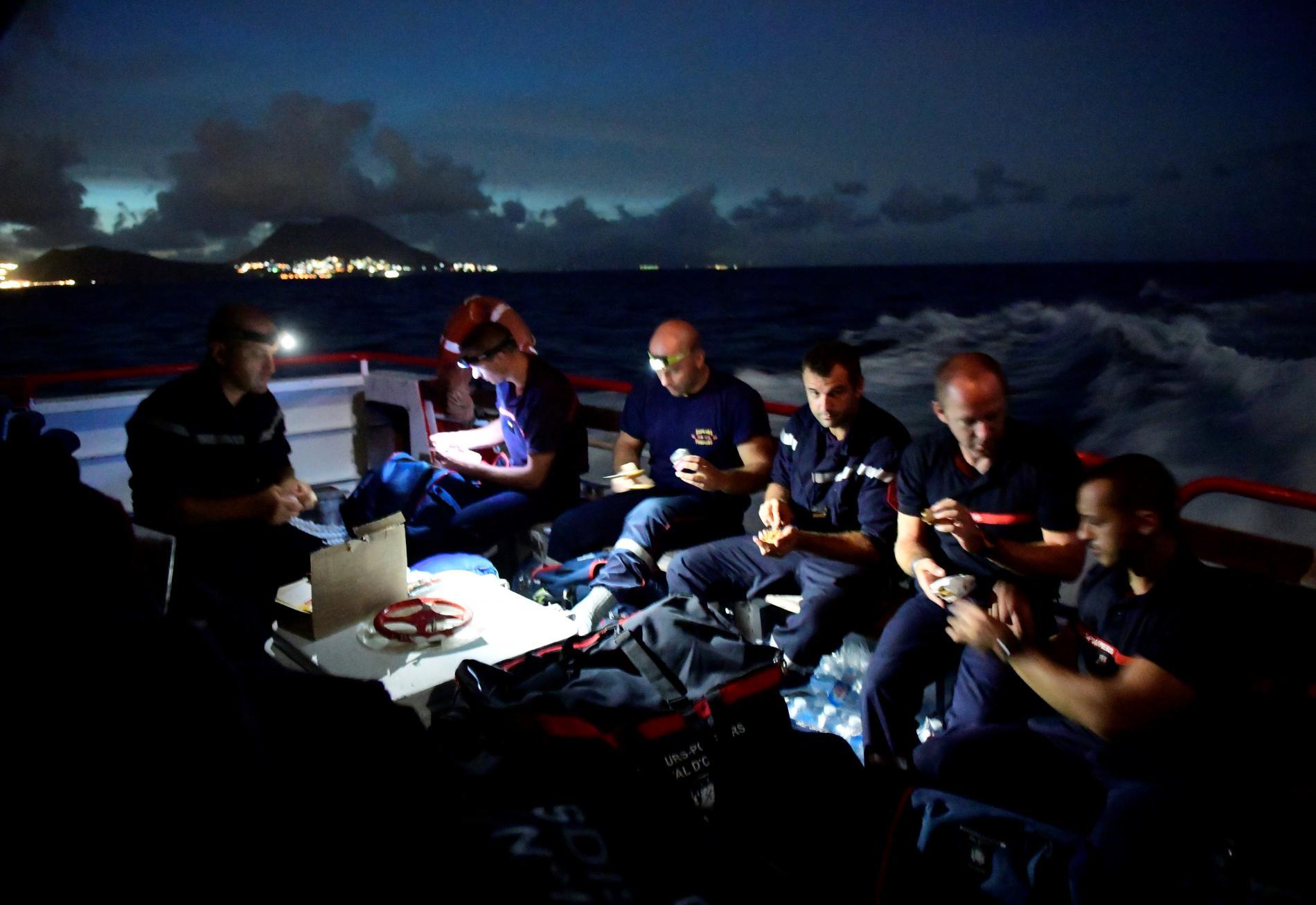 Des pompiers à bord d\'un bateau faisant la traversée entre Pointe-à-Pitre en Guadeloupe et l\'île de Saint-Martin,le 8septembre 2017, après le passage de l\'ouragan Irma.