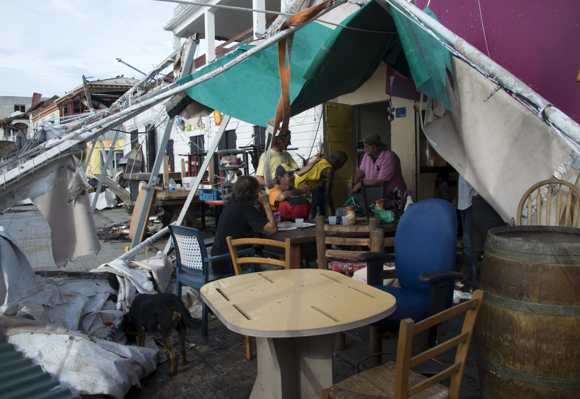 Des habitants du Marigot attablé à la terrasse improvisée d\'un bar, le 14 septembre 2017,après le passage de l\'ouragan Irma sur l\'île de Saint-Martin.