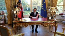 VIDEO. Macron signe une loi face aux caméras, dans une mise en scène à l'américaine