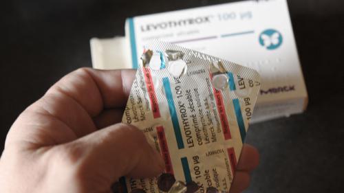 """L'ancien Levothyrox sera """"accessible"""" dans 15 jours, des médicaments alternatifs disponibles """"dans un mois"""""""
