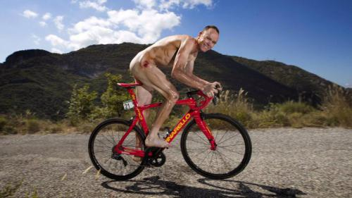 Le cycliste Chris Froome sur son vélo... dans le plus simple appareil