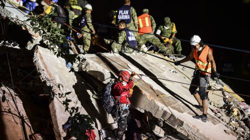 """""""Il y a des précautions à prendre pour les sauveteurs"""": comment les secours peuvent s'organiser après le séisme au Mexique"""