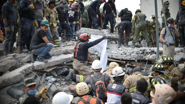 Des secouristes cherchant des survivants dans les décombres d\'un des bâtiments qui se sont effondrés à Mexico, après le séisme qui a frappé le Mexique, le 20 septembre 2017.