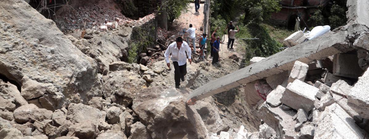 Un homme marche au milieu des débris à Cuernavaca, après le violent séisme qui a touché le centre du Mexique le 19 septembre 2017.