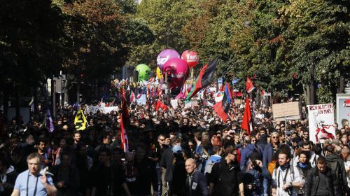 """DIRECT. Réforme du Code du travail : des dizaines de milliers de personnes défilent à Paris contre une loi """"brutale"""" et """"antisociale"""""""