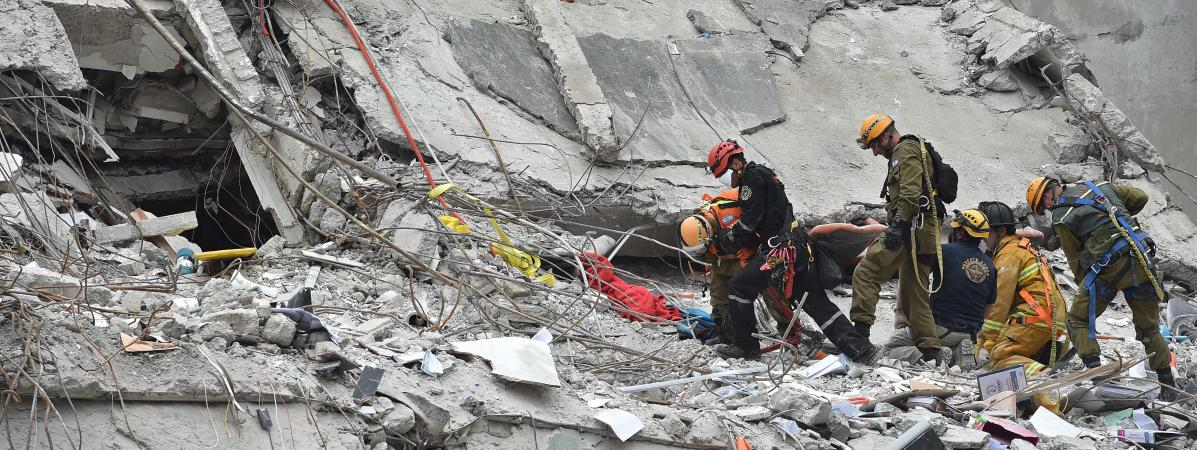 Les secouristes cherchent des survivants du tremblement de terre à Mexico, le 21 septembre 2017.