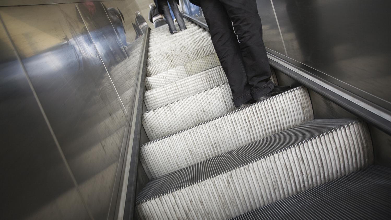 apr s l 39 accident d 39 escalator dans lequel un enfant a eu. Black Bedroom Furniture Sets. Home Design Ideas