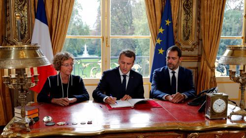 VIDEO. A l'Elysée, Emmanuel Macron signe les ordonnances sur le droit du travail sous l'œil des caméras