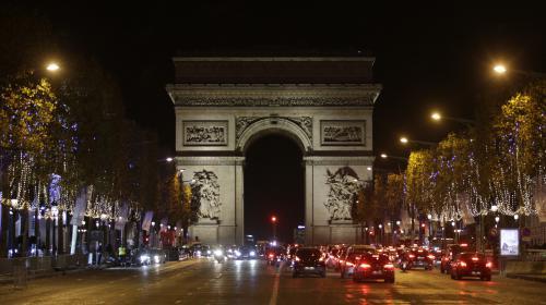 Une centaine d'agriculteurs bloquent les Champs-Elysées pour dénoncer la politique agricole du gouvernement