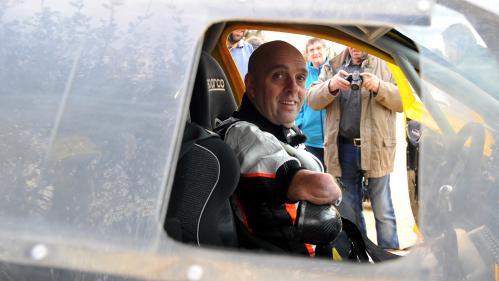 Un contrôleur SNCF demande à Philippe Croizon, amputé de ses quatre membres, de présenter sa carte d'invalidité