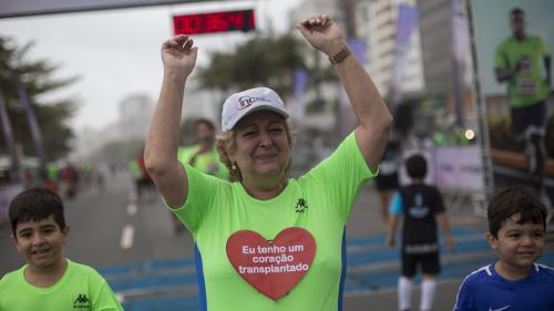 Une Brésilienne de 67 ans termine une course grâce au cœur d'un champion