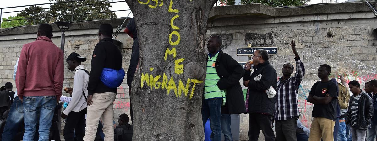 Des migrants, près du centre d\'accueil de la Porte de la Chapelle, à Paris, le 21 juillet 2017.