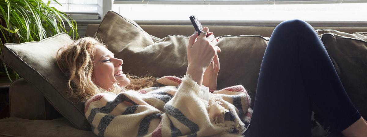 Photo d\'illustration d\'une utilisatrice de smartphone.