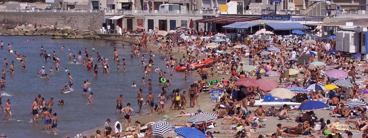 Vue partielle sur la place de la Pointe-Rouge à Marseille (Bouches-du-Rhône), le 1er août 2000. (Photo d\'illustration)