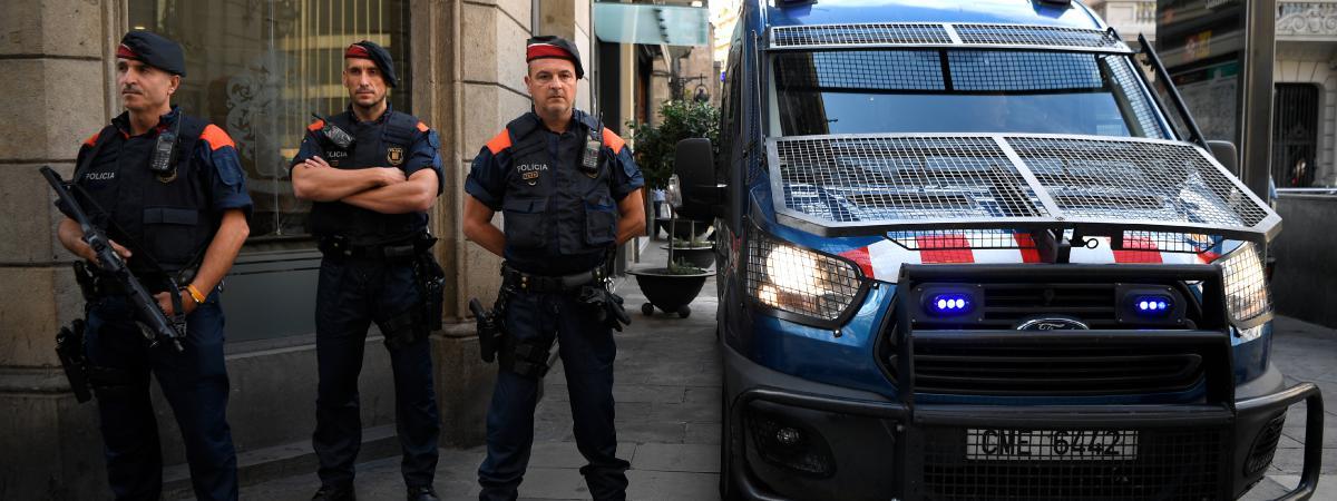 Des Mossos, des policiers catalans, montent la garde, le 23 septembre 2017, à Barcelone (Espagne)