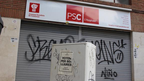 Une affiche pro-référendum devant un local du Parti des socialistes de Catalogne, àL\'Hospitalet de Llobregat, mercredi 27 septembre.